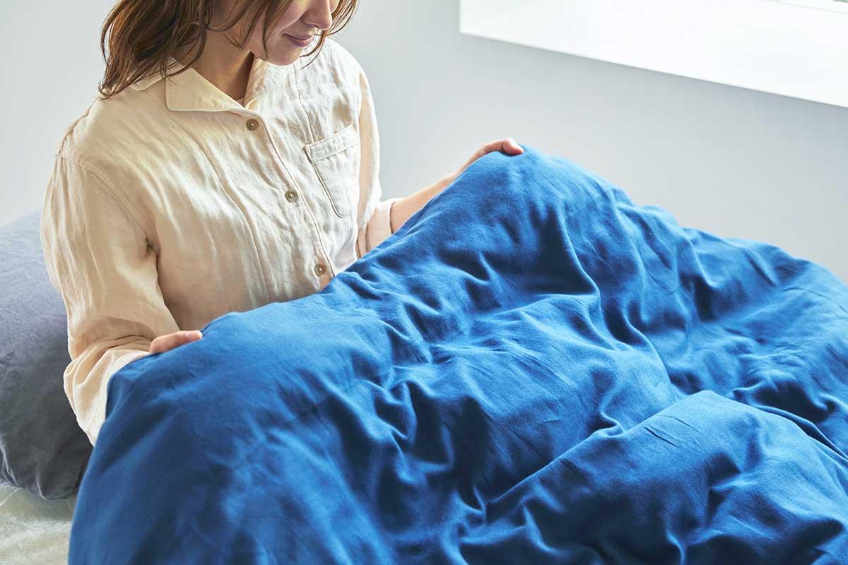 添い寝ガーゼの肌触りが気持ちよさはそのままに、秋から春までずっと、暖かく眠れます。届いたその日から、肌にふんわりなじむ、柔らかい「ガーゼケット」|和晒し(わざらし)ガーゼカバーケット(肌掛け・布団)