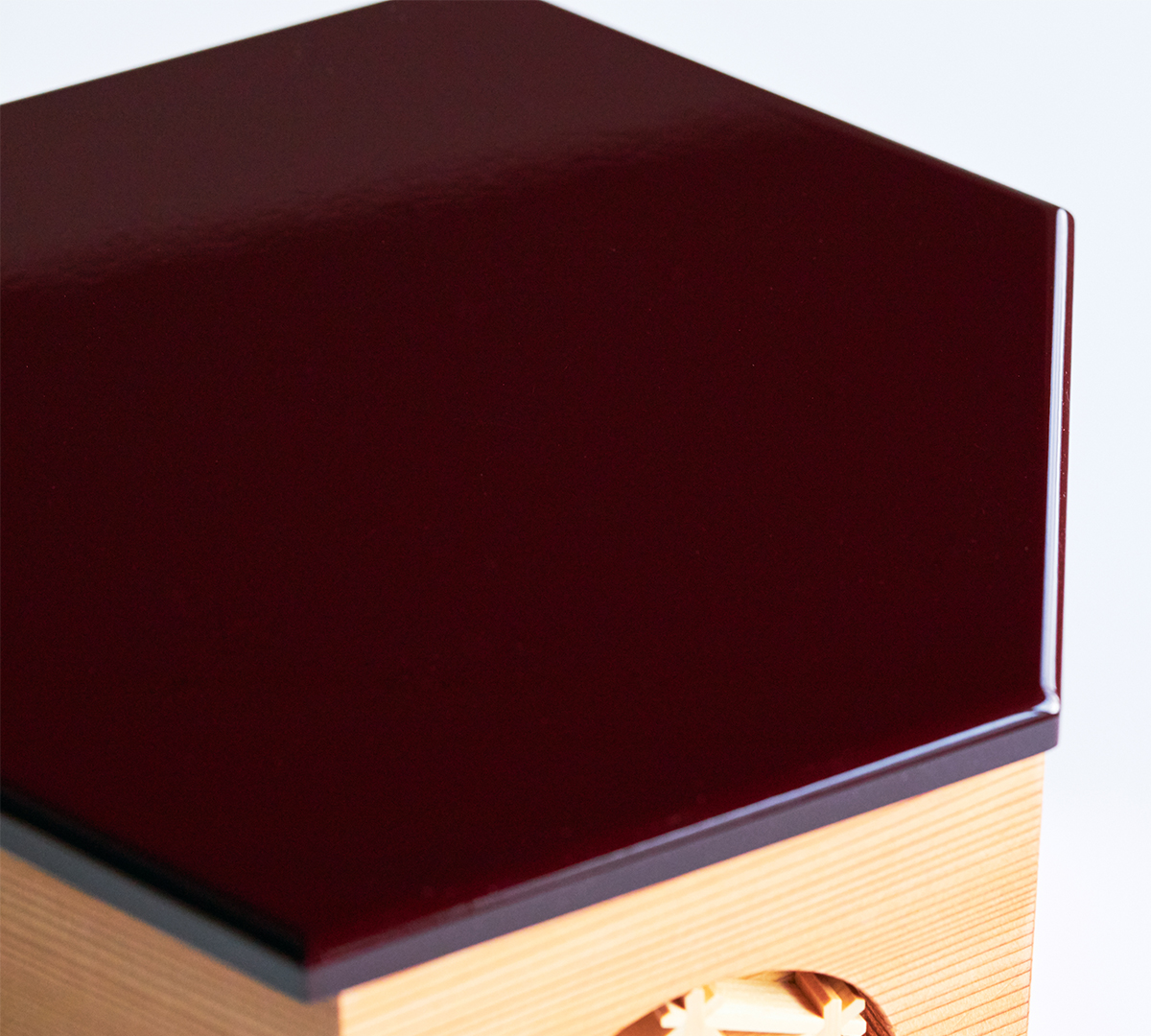 7.飾り板:紀州塗り|次世代に伝えていきたい最高峰の7つの日本伝統技術が結集|柿沼東光(経済産業大臣認定伝統工芸士)× 大沼 敦(工業デザイナー)によるモダンな雛人形