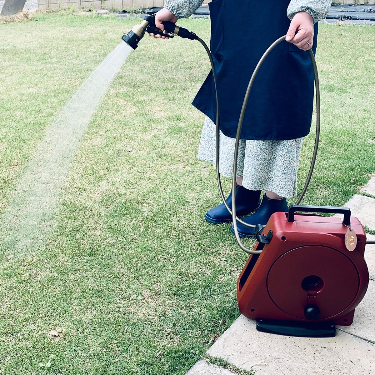 使い方も簡単。4種のシャワーで、庭の水やりも、ベランダや車の掃除も自在な「ホースリール」|Royal Gardeners Club(ロイヤルガーデナーズクラブ)