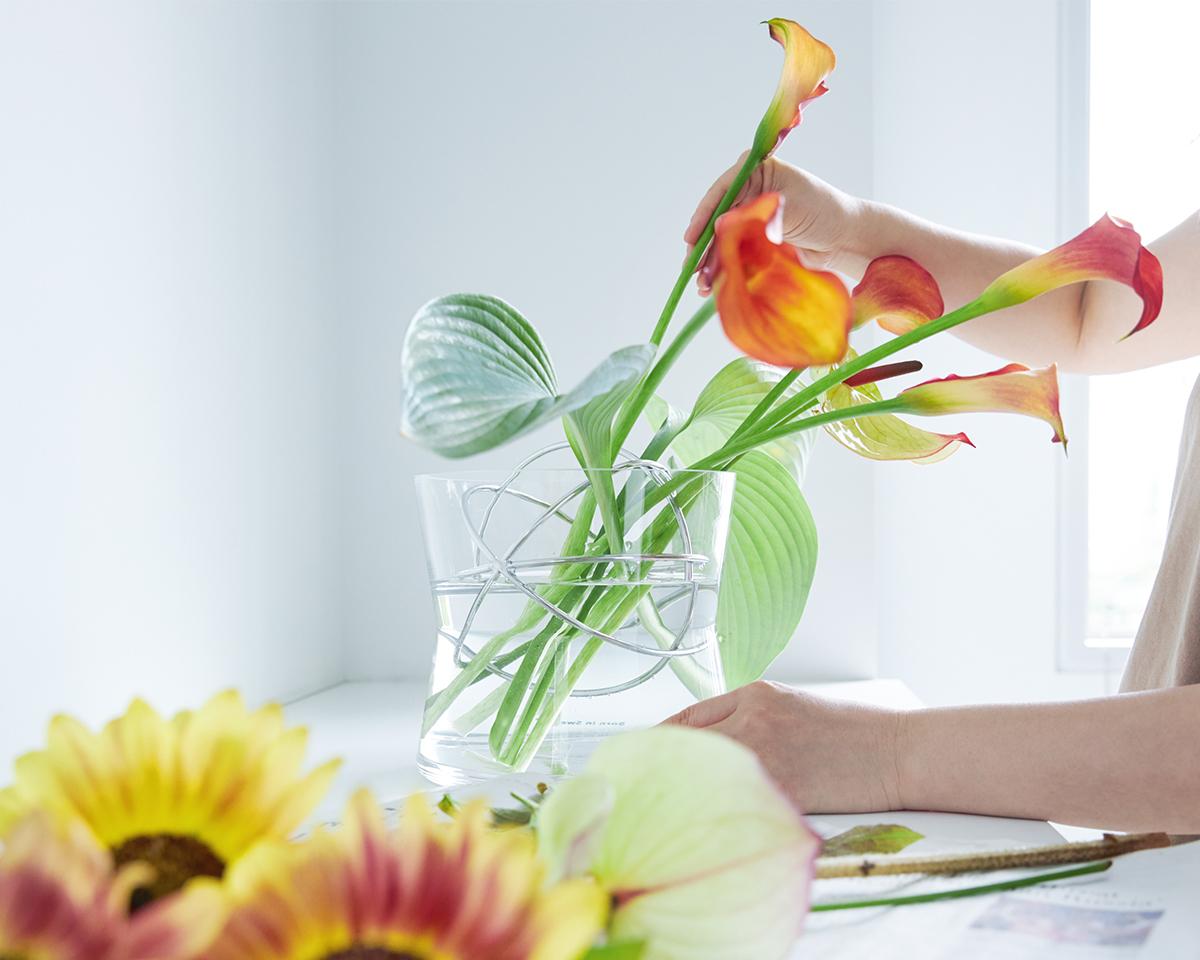 ゆったりとしたフラワーベースに、自由に伸び伸びと花を飾りたい人におすすめ|1本から飾れる花留めボール入りのフラワーベース(花瓶・花器)|Born in Sweden|モダンな花留めボール入りの「Sphere Vase(スフィア・ベース)」