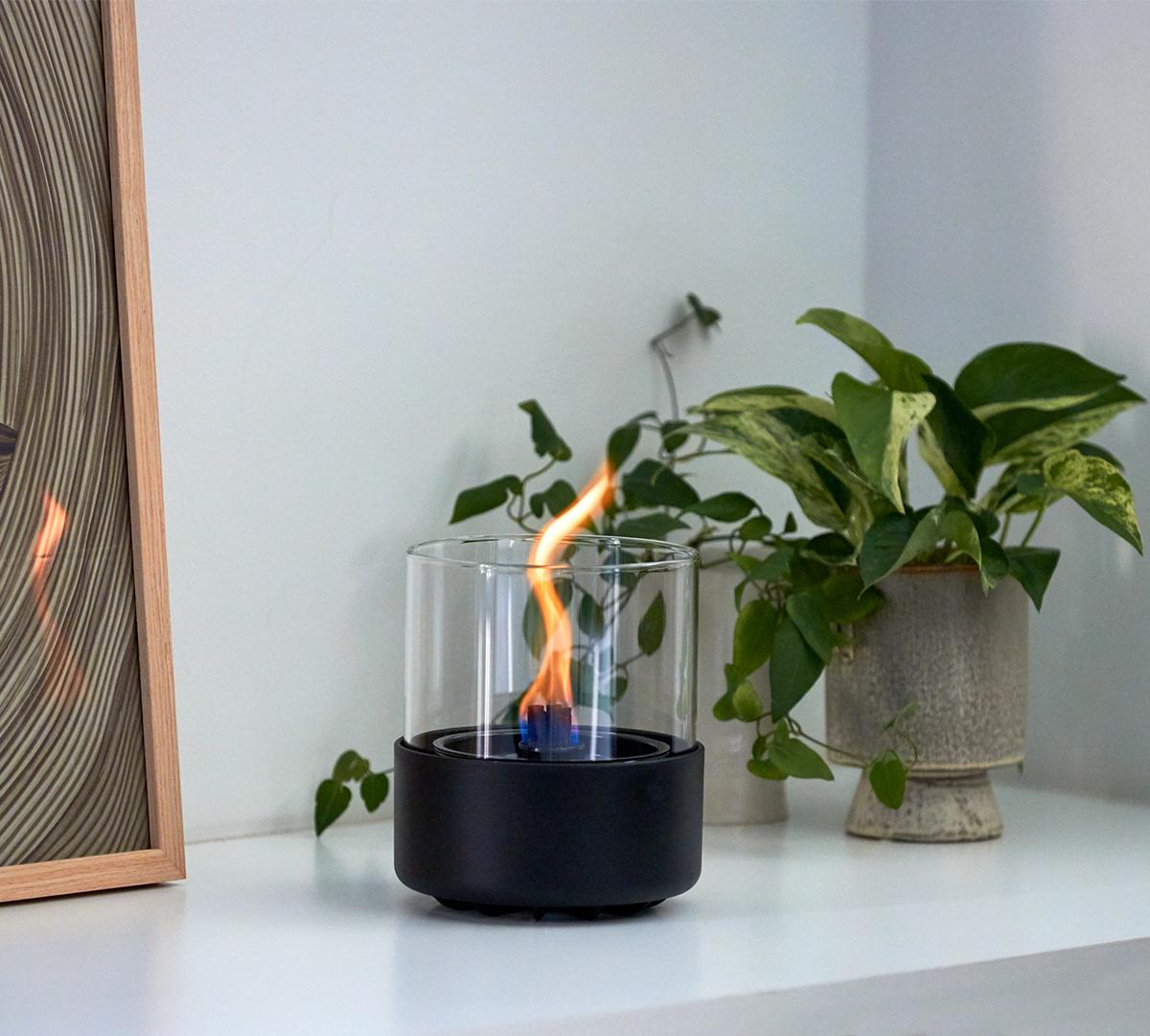 独自開発した燃焼テクノロジー。驚くべきは、燃焼中に倒しても炎が燃え広がらないところ。ニオイや煙が出ず、倒しても安心の特殊燃料で手軽に楽しめる!「卓上ランプ、テーブルライト」|LOVINFLAME(ラヴィンフレーム)