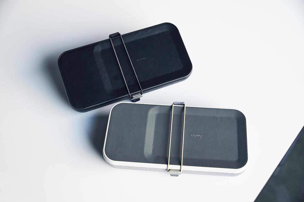 リモートワーク先のカフェでも、移動中の新幹線でも、家のダイニングテーブルでも、一瞬で、「いつものマイデスク」を再現。仕事道具を好みの配置で収納、ワイヤレス充電台つきの「ガジェットケース」|Orbitkey Nest(オービットキー ネスト)