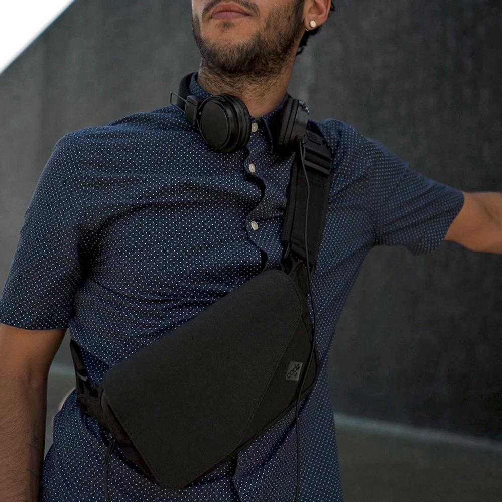 レジャーに仕事に、アクティブに楽しめる、薄さ4cmの体にフィットする着る財布(ボディーバッグ型財布)|Code10