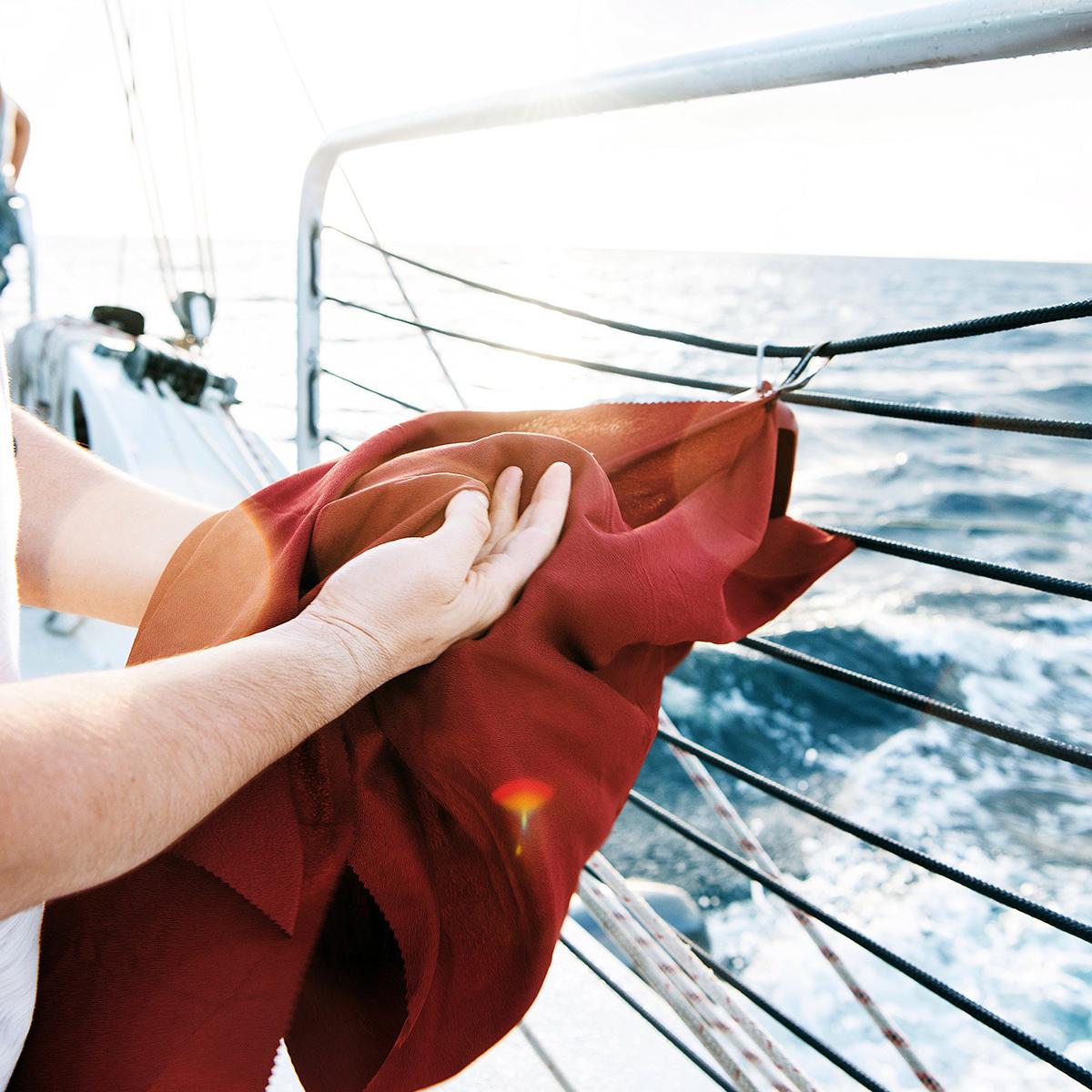 風に舞うほど薄くて軽く、驚きの吸水速乾性のナノファイバー素材。小さくたためて、ビーチやジムでもっと身軽になれる「ナノドライタオル」 | Matador NanoDry Shower Towel