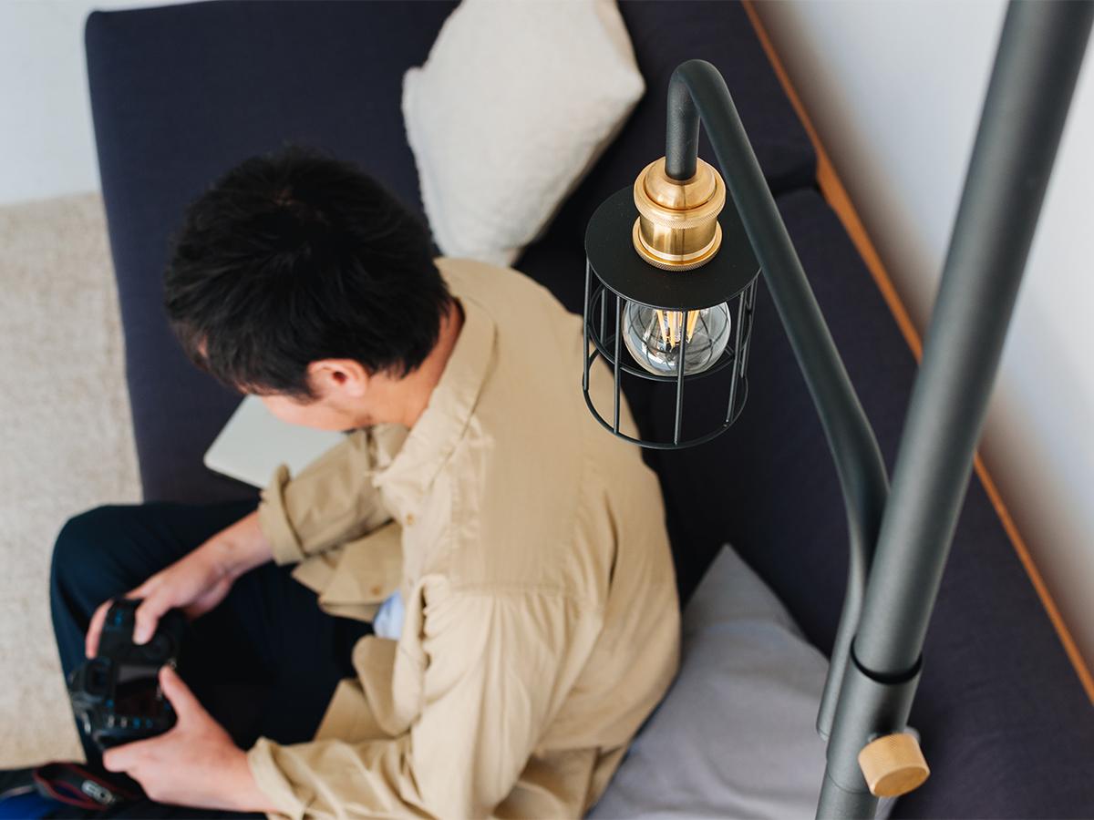 洗練された『プチ書斎』3|照明とテーブルがセットできる「つっぱり棒」|DRAW A LINE ランプシリーズ
