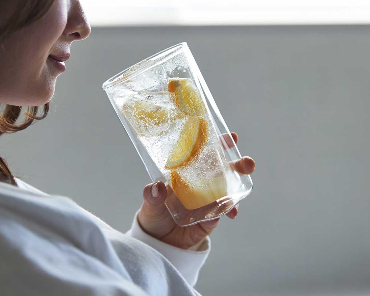 側面に4つの角があるから、グラスを持つ手も滑りにくく、グリップ力がアップ。結露しにくく、レンジ加熱OK、見る角度で表情を変える「耐熱ダブルウォールグラス」|RayES(レイエス)
