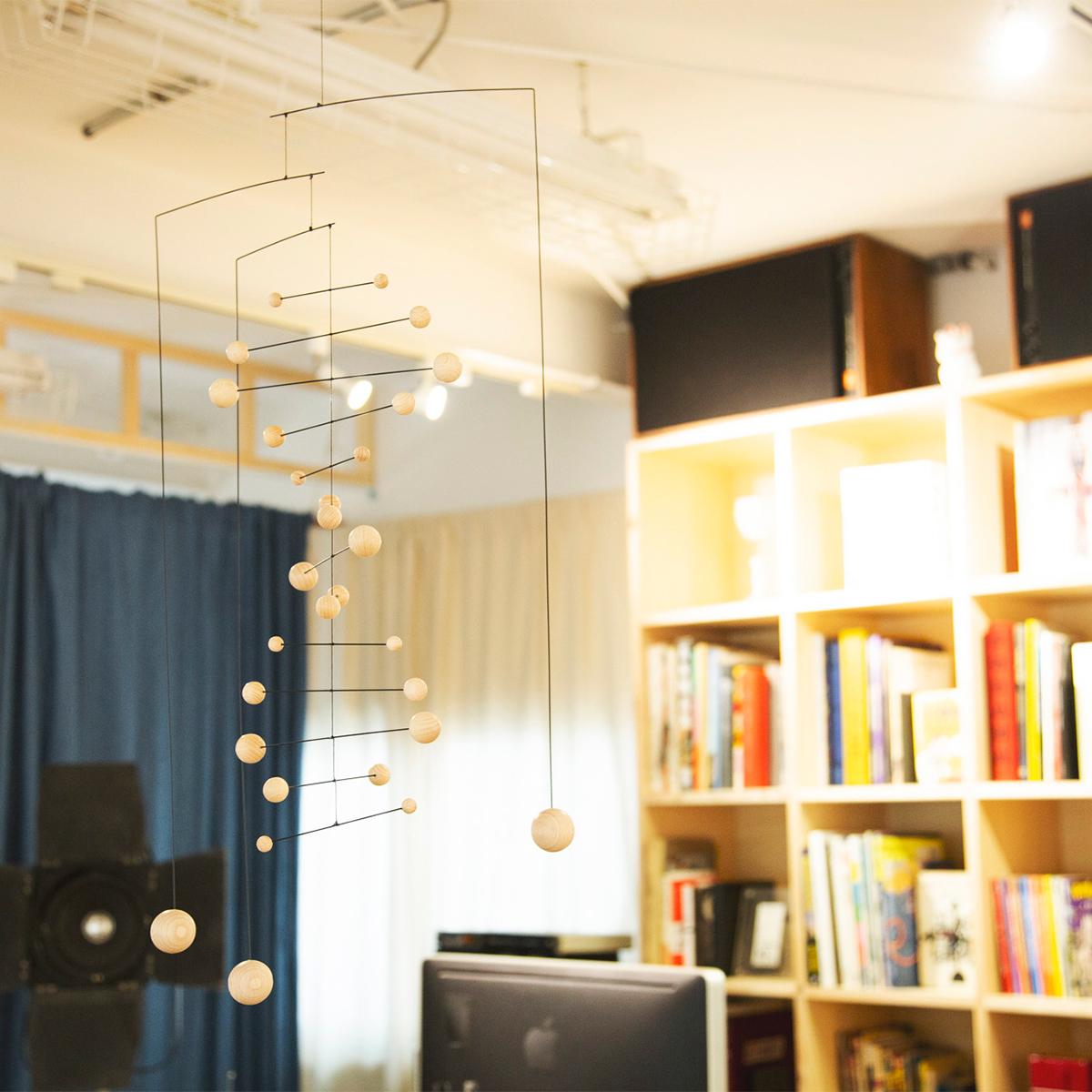 熟練した職人の手作業によって行われる組み立てと梱包。吊り下げるだけで、お部屋がモダン空間に変わる「大人のモビール」|FLENSTED MOBILES(フレンステッドモビール)