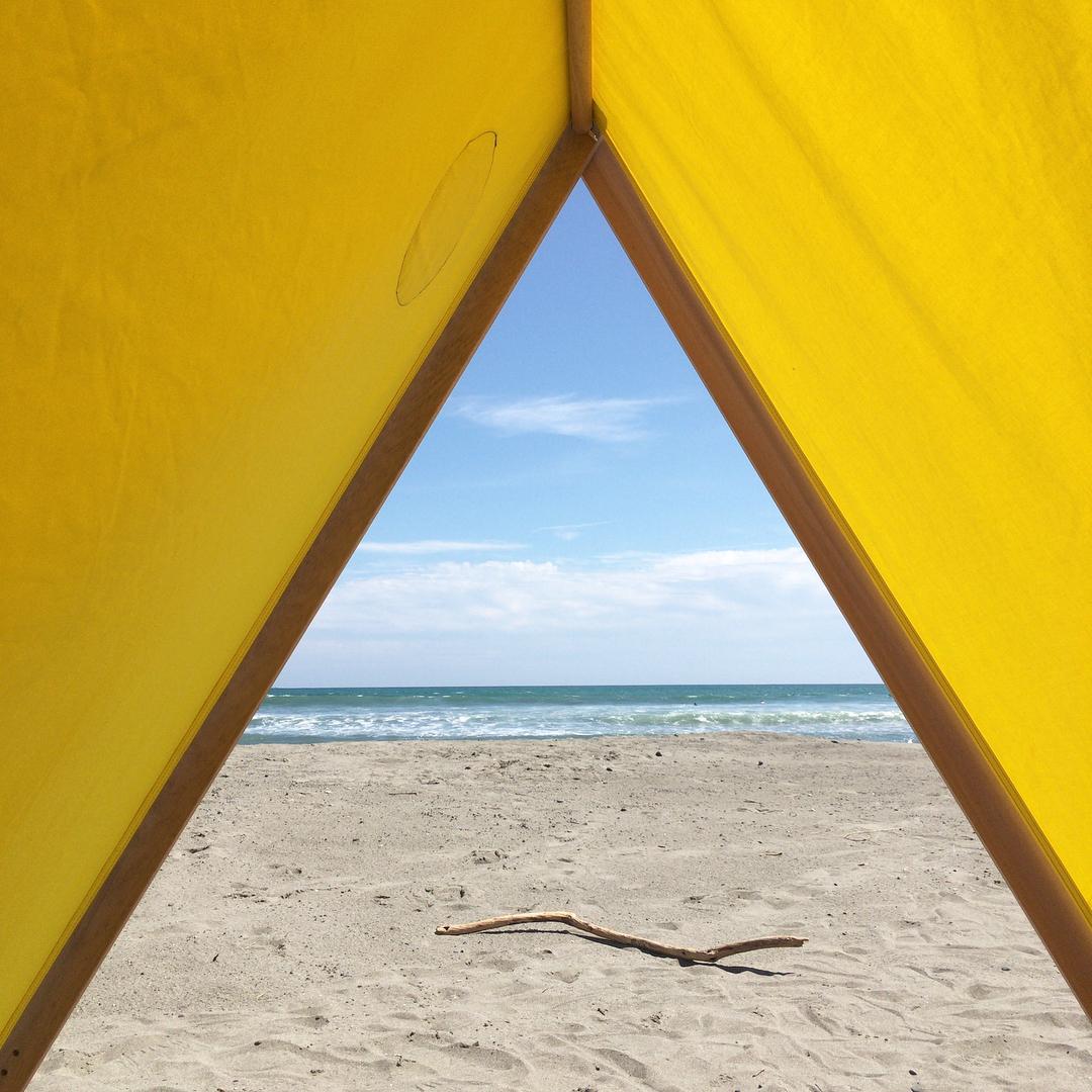 テント内に、手持ちのレジャーシートを敷いたら、フカフカのクッションや柔らかいブランケットを持ち込んで、横になってみてください「帆布テント」|LA TENTE ISLAISE(ラ・タント・イレーズ)