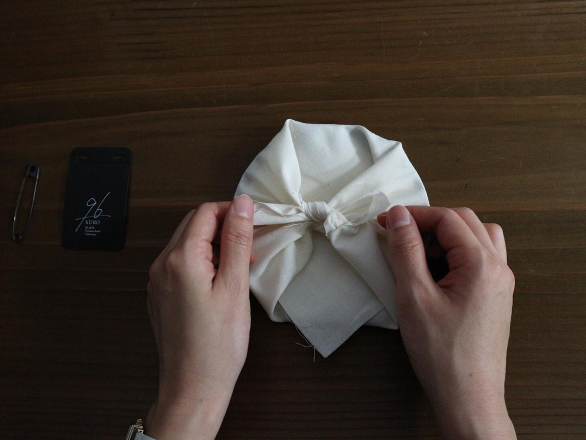 人にも環境にも優しい、大切な人へ贈りたくなる包装だから、そのままギフトとして渡しても喜ばれるはず。落としても割れない、黒染めステンレスの食器(お皿)|KURO(96)クロ