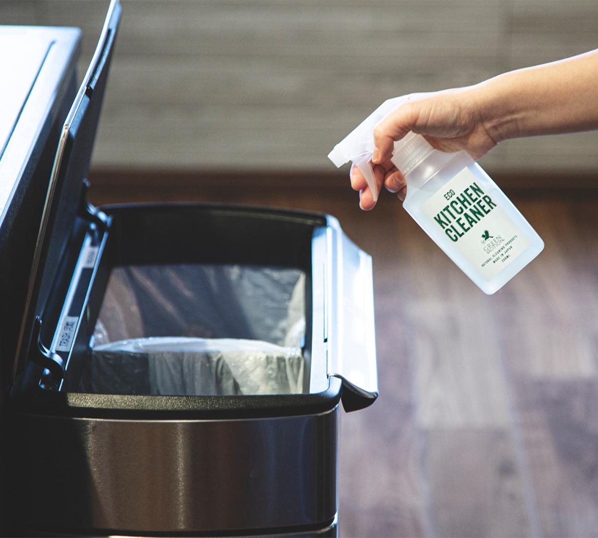 ゴミ箱や三角コーナーに直接スプレーすれば、ニオイや雑菌対策としても重宝します。洗剤なのに、スプレーして拭くだけ!ヒバ精油配合で除菌・消臭もできる「エコキッチンクリーナー」|GREEN MOTION