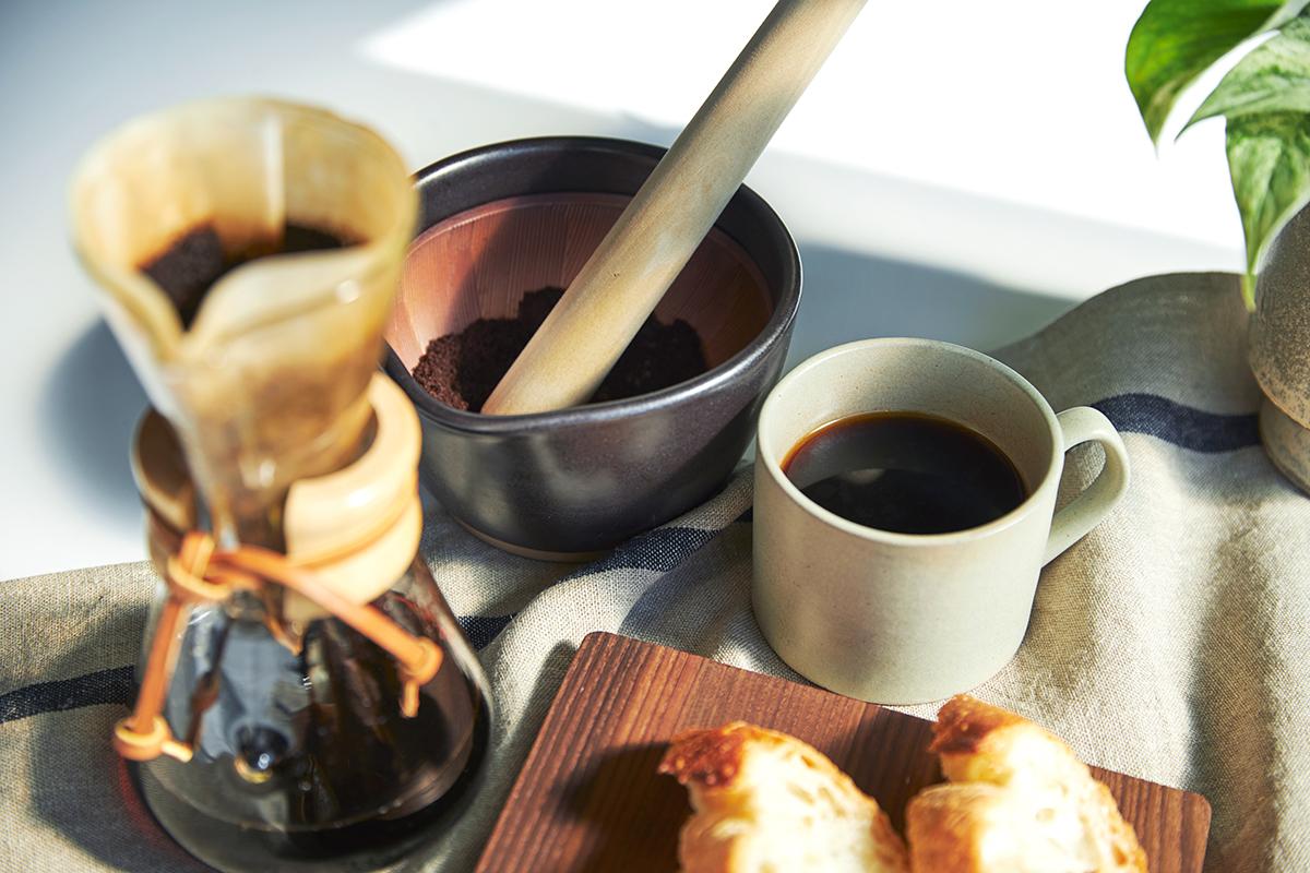 すり鉢で時間をかけてコーヒー豆をすりつぶすのもおすすめ。鉢の中で玉子サンドやポテトサラダが完成!そのまま器になる石見焼のすり鉢とすりこぎ棒|もとしげ