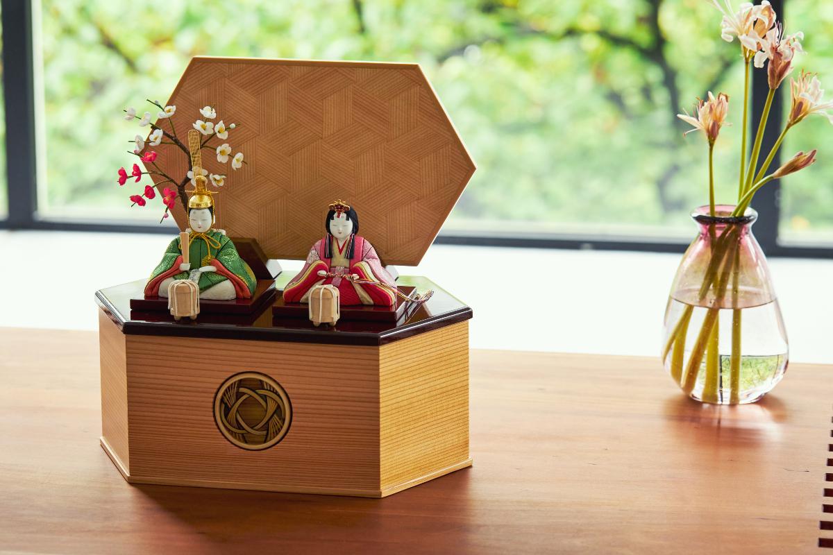 収納舞台や人形には、次世代に伝えていきたい7つの日本伝統技術が結集しています。|7つの日本伝統工芸をコンパクトモダンに。江戸木目込の「プレミアム親王飾り・雛人形・リビング雛人形」
