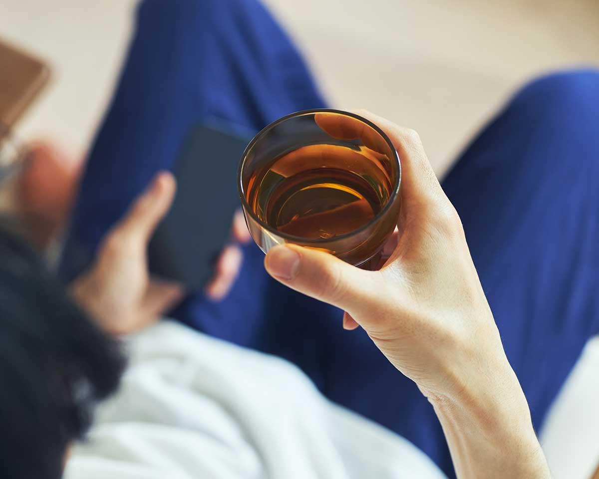 大人と同じグラスを使いたがる小さなお子さまにも、握力が弱くなったご高齢の方にも、割れる心配なく使っていただける頼もしいカラータンブラー。ずっと割れない保証付き、落としても割れない「樹脂製グラス」|双円(そうえん)