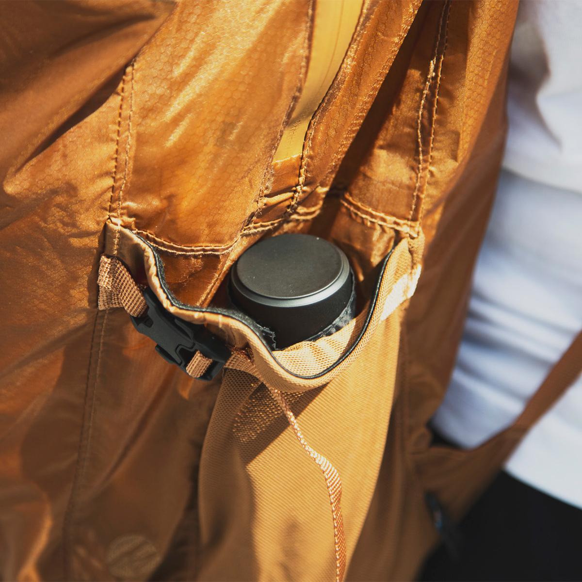 バックパックのサイドポケットに入れても、すっぽりと収まるので、落とさない。わずか17cmの世界最小級折りたたみ傘「マイクロ傘」|スギタ