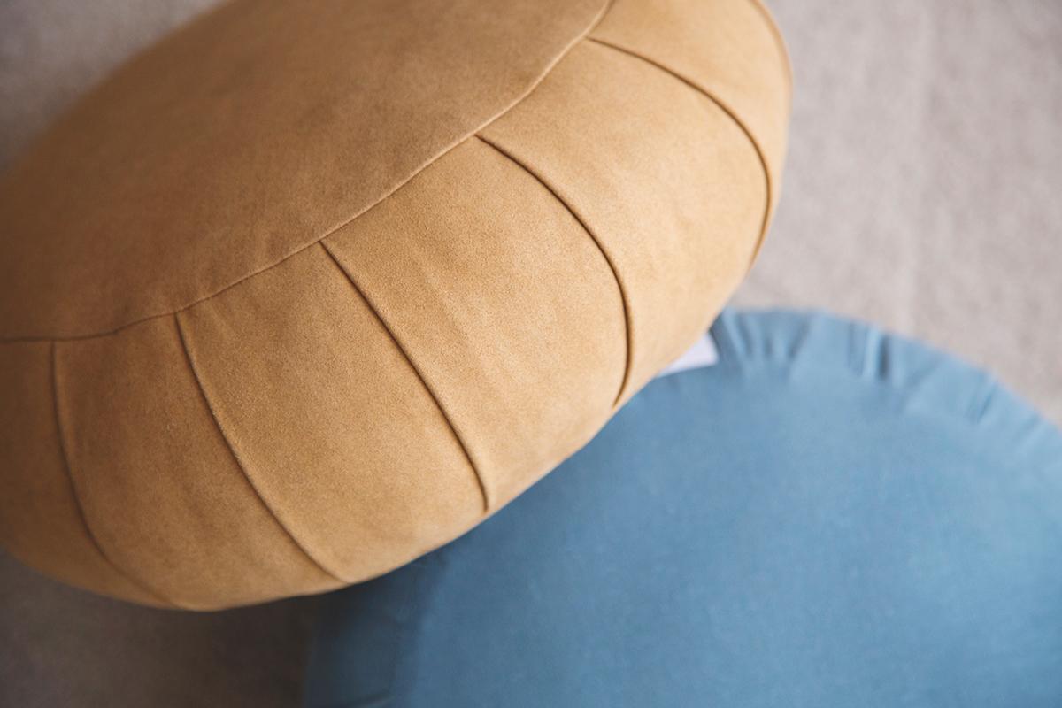 「いま」に気づき、「呼吸」に集中しやすい。僧侶が坐禅を組むときに使う坐蒲と同じ製法の坐禅蒲団・瞑想用クッション| ZAF(ザフ)
