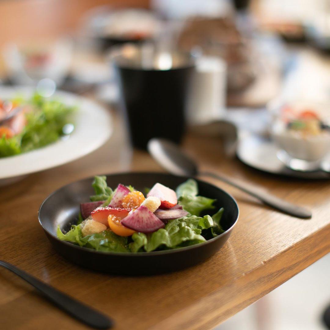 料理写真を撮る際の写り込みもなく、光の反射も抑えてくれるから、写真映えもバツグン!落としても割れない、黒染めステンレスの食器(お皿)|KURO(96)クロ
