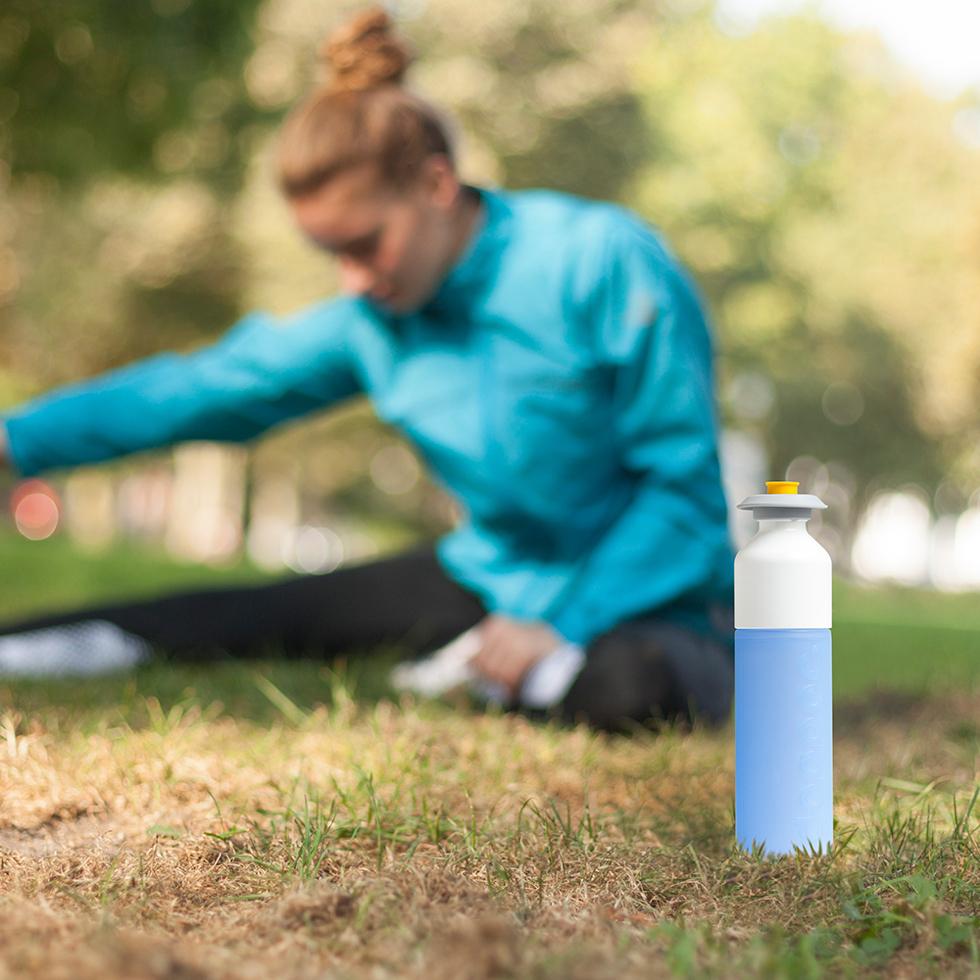 水分補給をサポートする、地球環境に優しく、再生・回収可能な原料を使用した Dopper社のウォーターボトルのキャップ