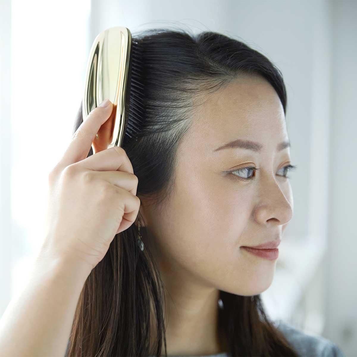 イキイキした髪は、正しい頭皮ケアから。『SCALP BRUSH』で、あなたの髪にもっと自信を。スカルプブラシ(育毛ブラシ)|SCALP BRUSH(スカルプブラシ)