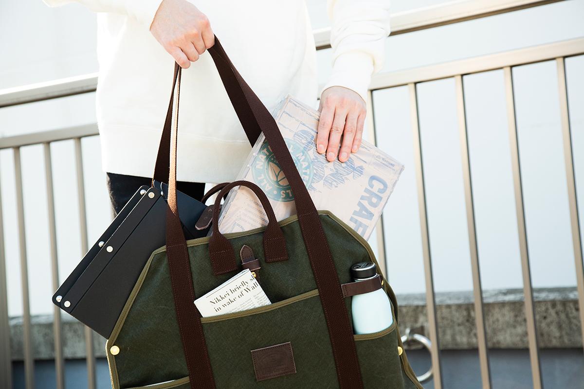 ピクニックバッグ|シート状に広げられて、大判サイズの出し入れがラク!街で活躍する「薪トート」|LAUGH WRINKLES×池之端銀革店