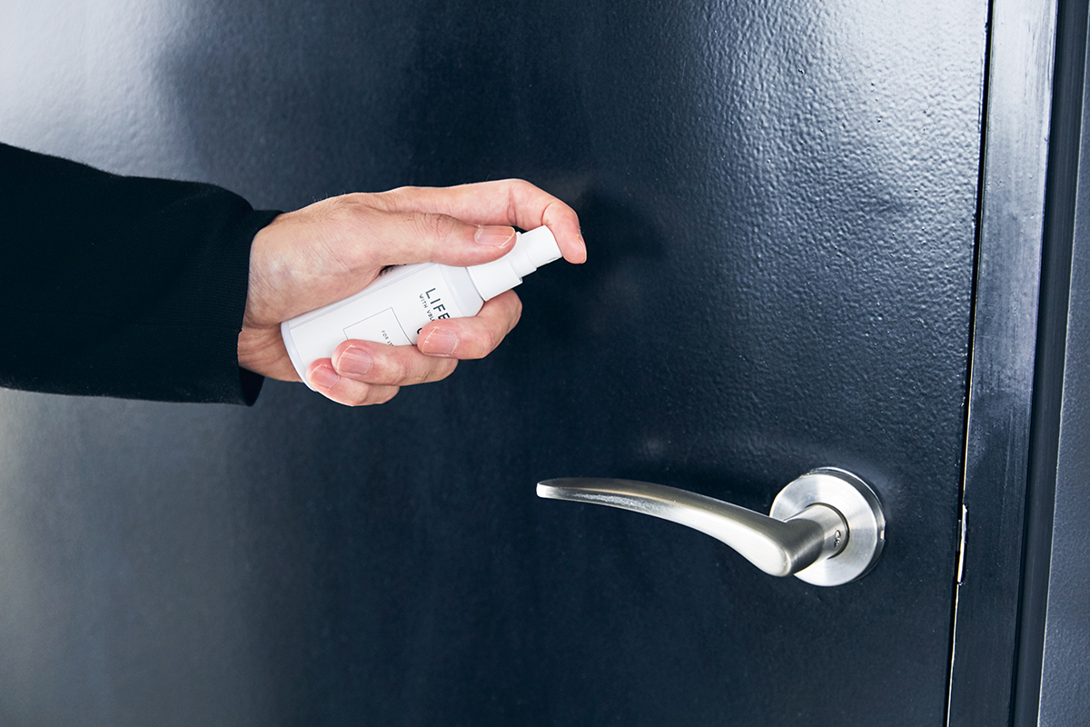 洗面所や玄関のドアノブにもおすすめ。多くの人が触れるオフィスのドアにも◎。細菌やウイルスをブロックする働きを持つ、ダチョウの優れた抗体原料を配合した、世界初の抗菌・除菌スプレー「ライフミスト」|ジールコスメティクス
