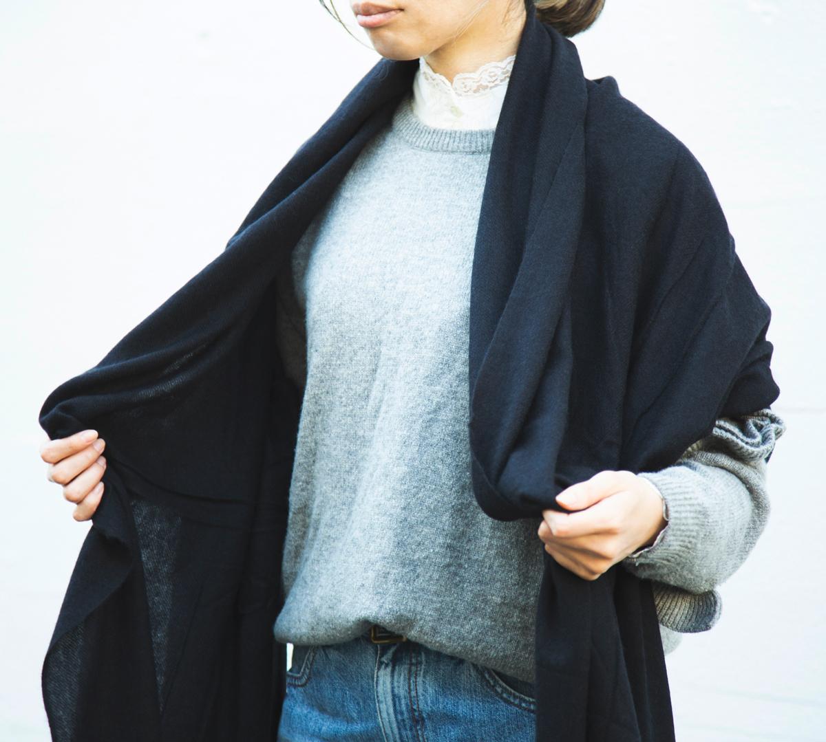 薄くて軽い、心地よい暖かさ(温かさ)が続く。巻いても羽織ってもお洒落な超大判カシミアストール|ADOS(エイドス)curum