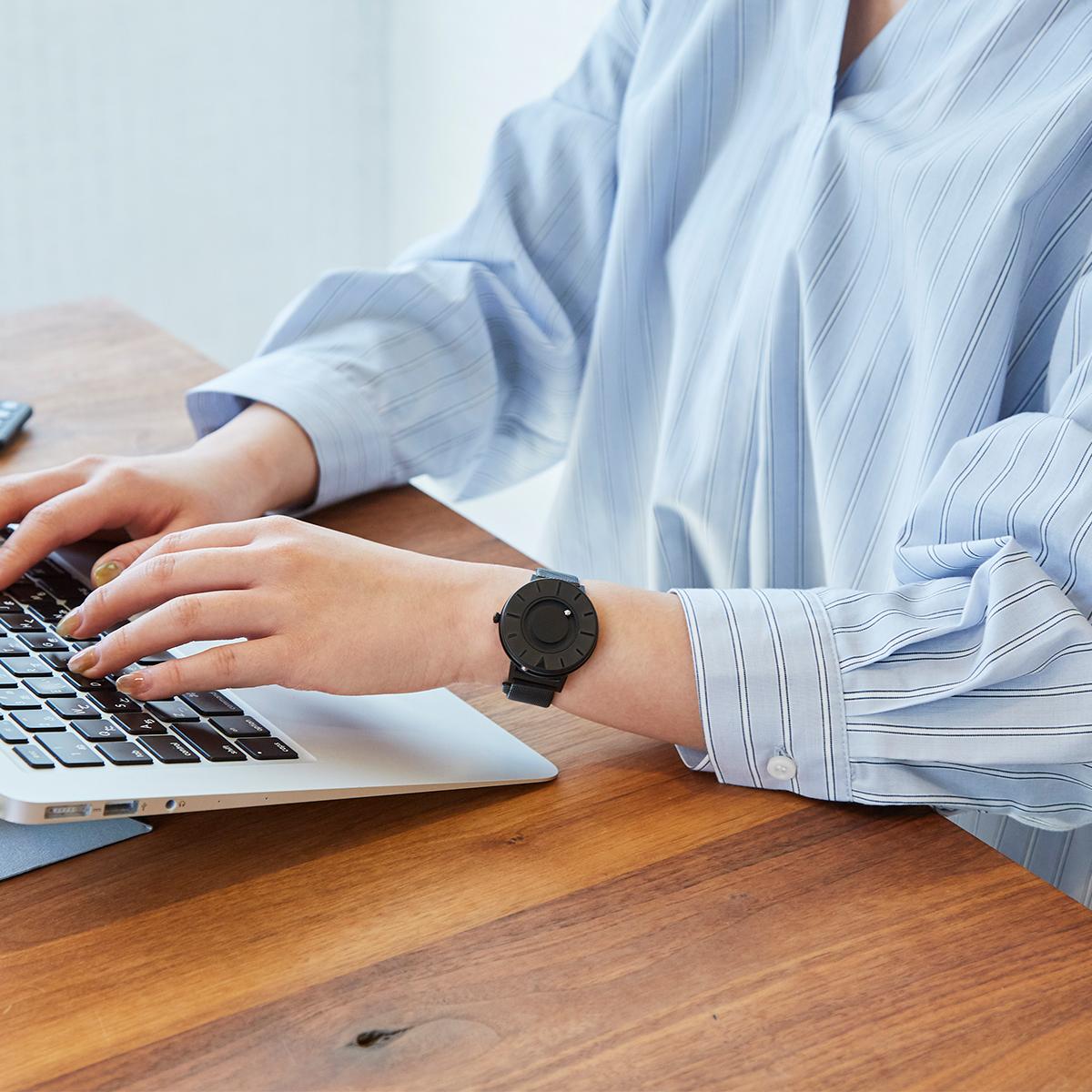 腕元をスッキリと見せたい男性にも、中高生のお子さまの腕元にも合う、絶妙なサイズ感。腕元におさまるコンパクトな文字盤、軽やかな装着感のメッシュバンド。触って時間を知る「腕時計」| EONE