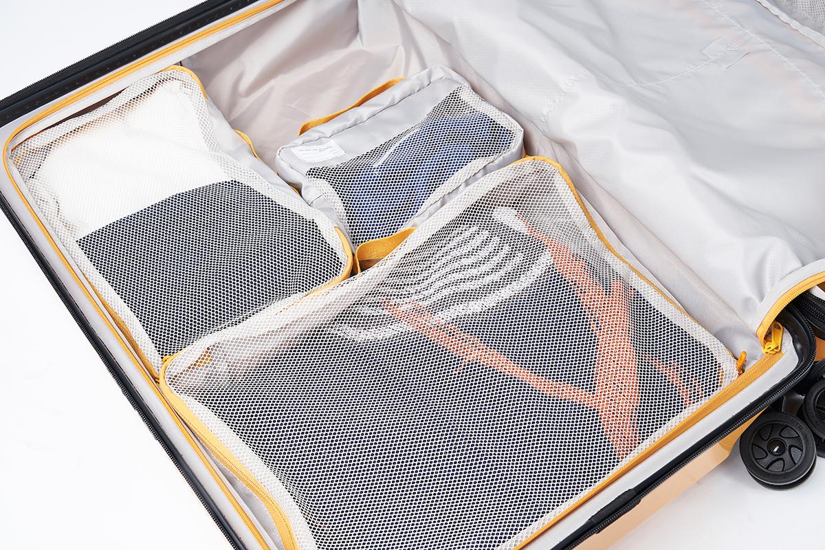 中の収納スペースをムダなく効率的にパッキングできるトラベルポーチ大・中・小3点が付属。機内持ち込み用(37L)&長期旅行用(72L)スーツケースセット| RAWROW | R TRUNK LITE