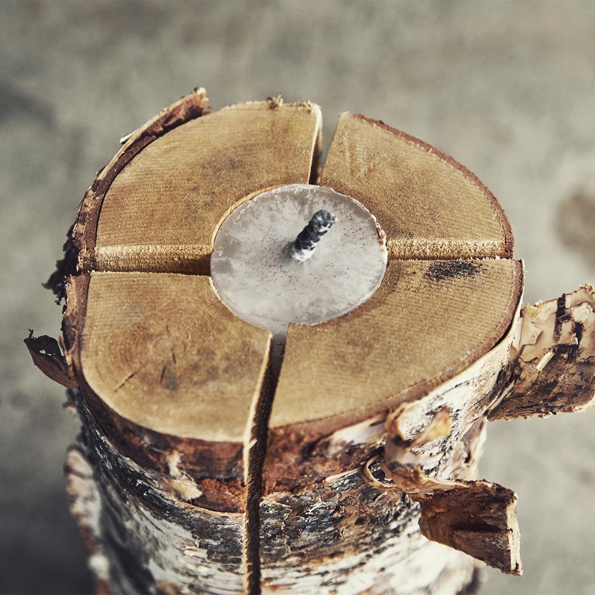 「スウェディッシュトーチ」の中央にキャンドルを仕込み、誰でもスムーズに点火できるようアレンジした白樺の丸太。キャンドル一体型で一発着火、肉も焼ける「スウェディッシュトーチ」|Swedish Birch Candle(スウェディッシュ バーチ キャンドル)