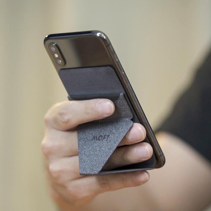 サイトやニュース記事の閲覧、SNSチェックには、スタンドの三角形に指を2本入れるスタイルがおすすめ。縦・横どちらの向きでも設置OK!カードポケット付き「スマホスタンド」|MOFT X(モフト エックス)