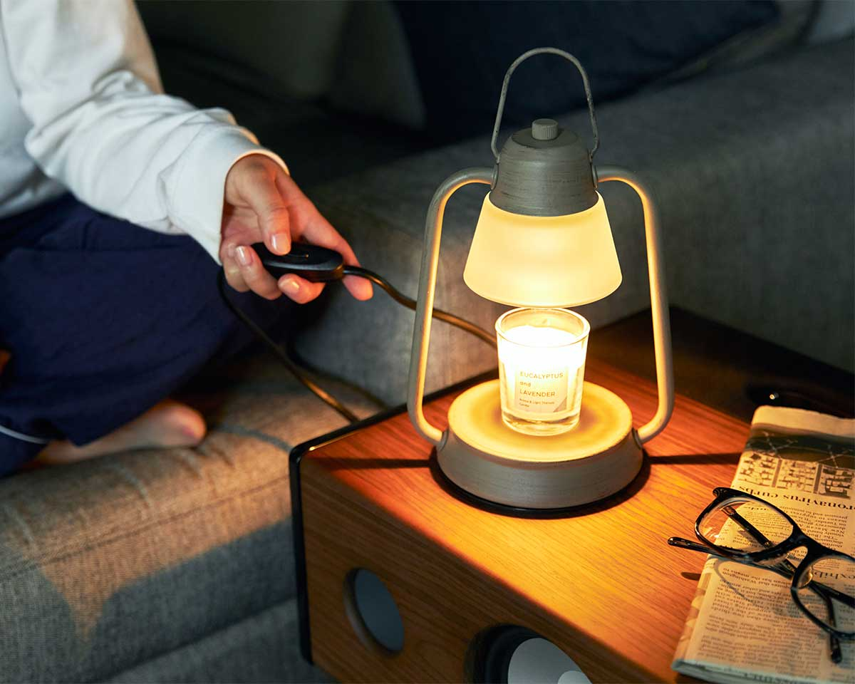 脳を気持ちよく睡眠モードに切り替える。火を使わずにアロマキャンドルを灯せて、明かりと香りも楽しめる卓上ライト「キャンドルウォーマーランプ」|kameyama candle house