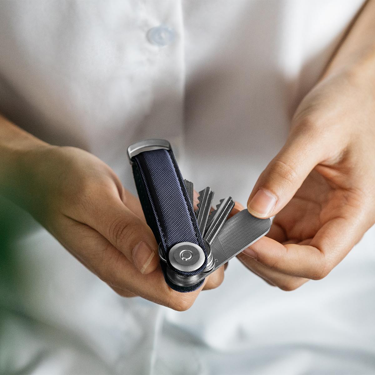 最大7本もの鍵がピッタリ収納できて、すぐに目当ての鍵を取り出せる収納性が大人気のOrbitkeyと一緒につけておけるスマートな「ミラー&爪やすり」|Orbitkey Accessory