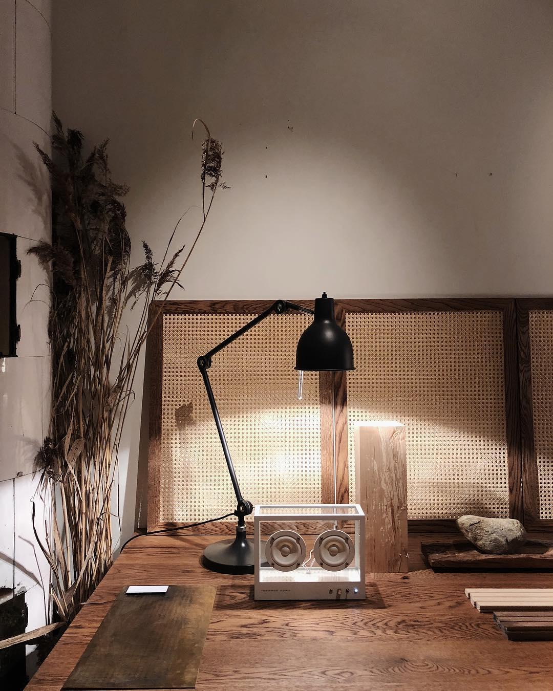 お気に入りの家具やアートのように、音楽をインテリアにしてくれる。ガラスとスピーカーユニット2つだけ、美しい佇まいの「Bluetoothスピーカー」|TRANSPARENT SPEAKER(トランスペアレント スピーカー)