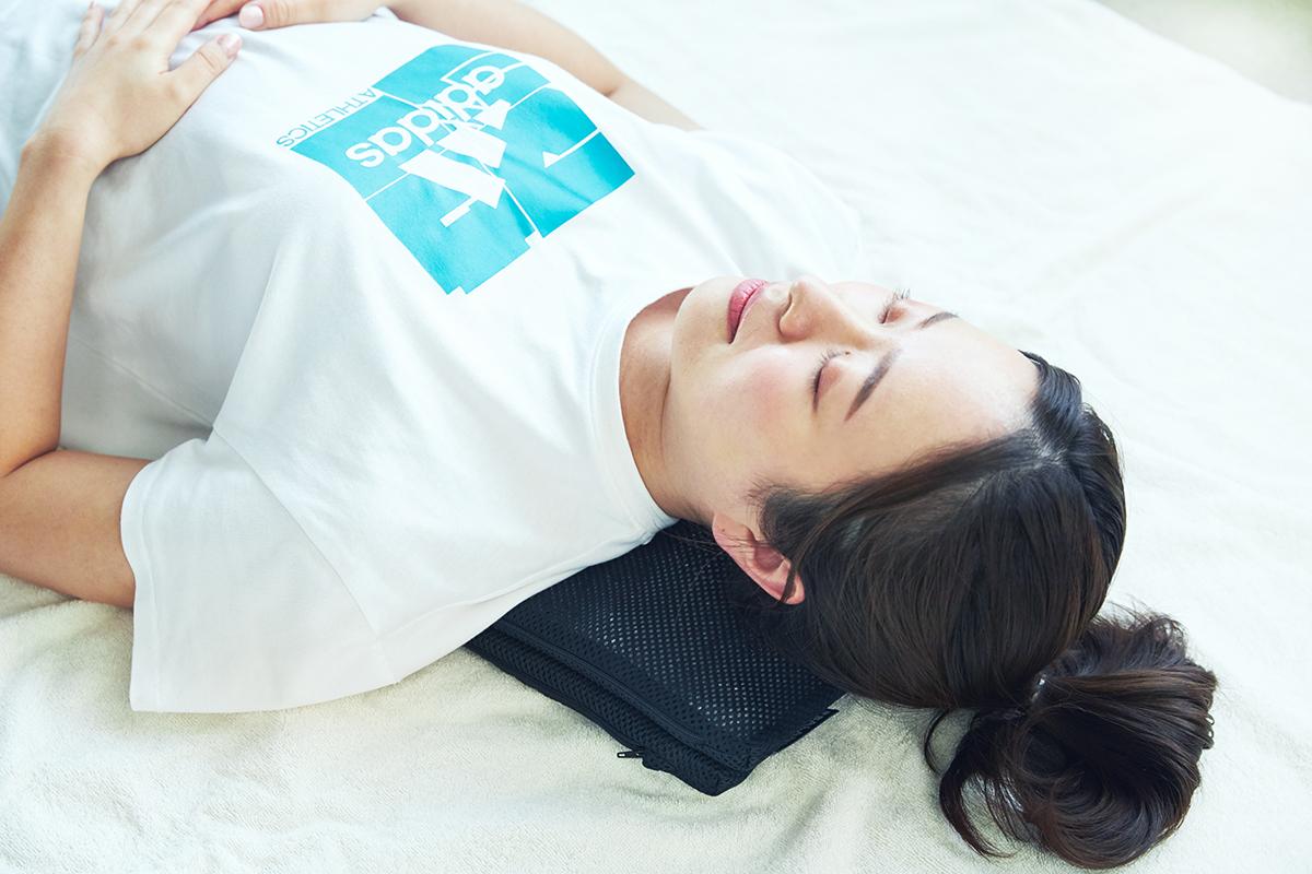 首~肩まわり|長時間のデスクワークも気持ちいい!ポリエチレン樹脂を編んだ「弾力凹凸マット」|リカバリーマット
