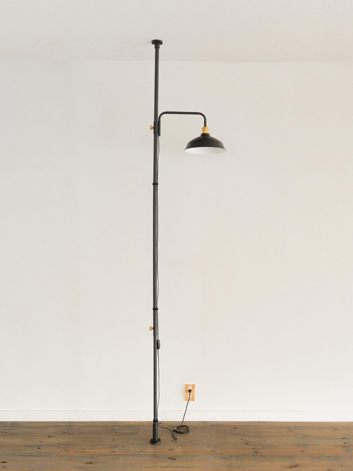 「ポール」にセットするだけで、あっという間に『プチ書斎』が完成。照明とテーブルがセットできる「つっぱり棒」|DRAW A LINE ランプシリーズ