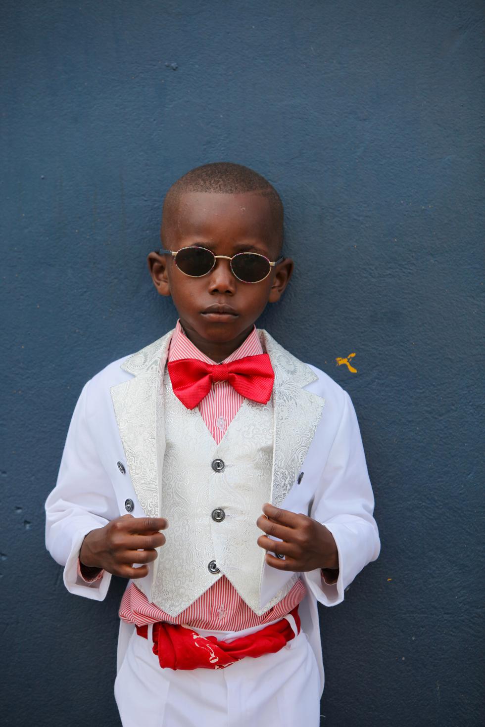 幼い頃からサプールになるおしゃれで紳士な少年