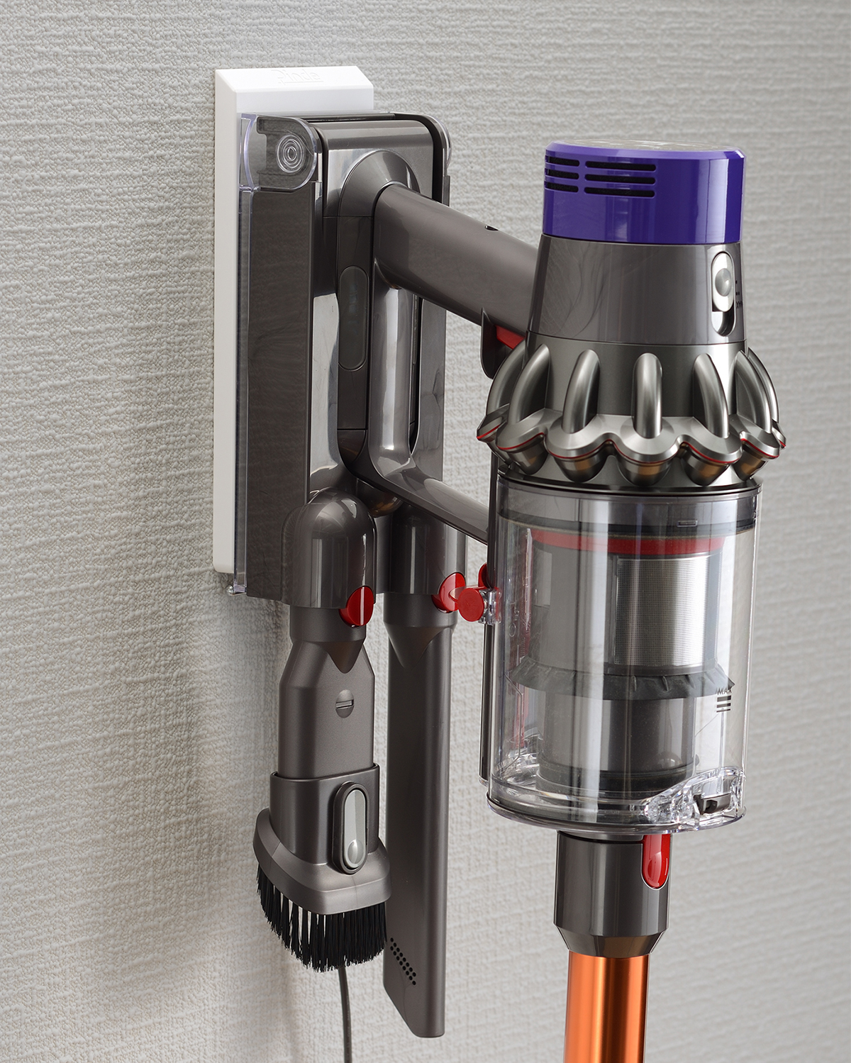 充電コードやすき間用ノズルもまとめておけるから、毎日の掃除がもっとはかどります。コードレス掃除機をスマートに壁掛けできるフック|Pinde(ピンデ)