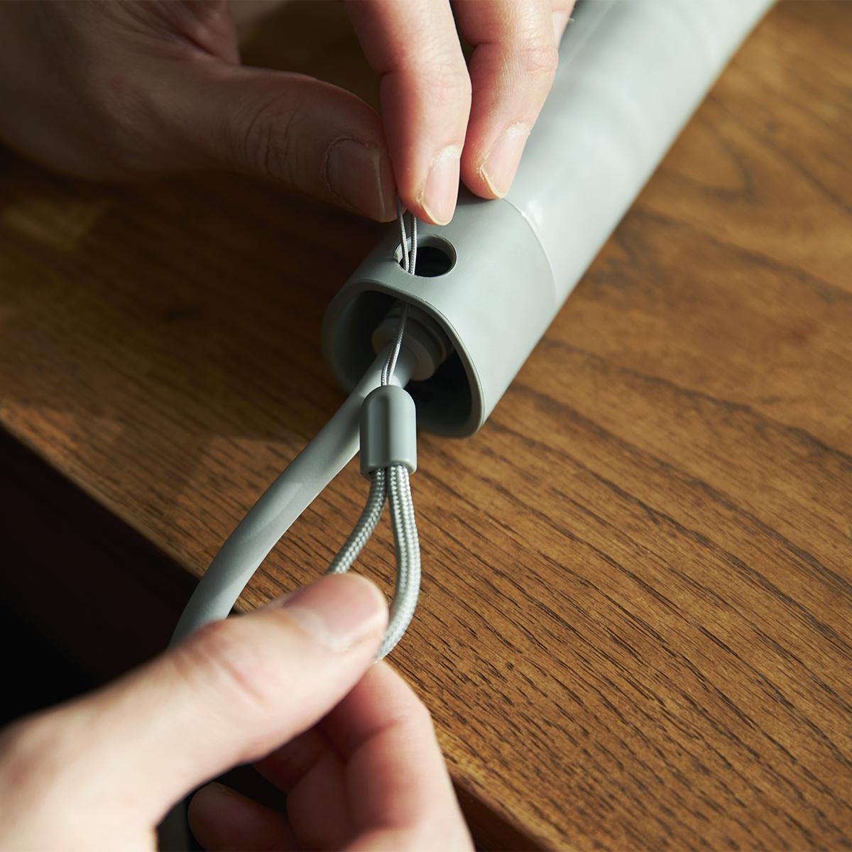 付属のストラップを装着すれば、掛けて収納することもできます。手と空間に馴染む、85℃のちょうどいい風をつくる「ヘアドライヤー」|cadocuaura(カドークオーラ)|BD-E2
