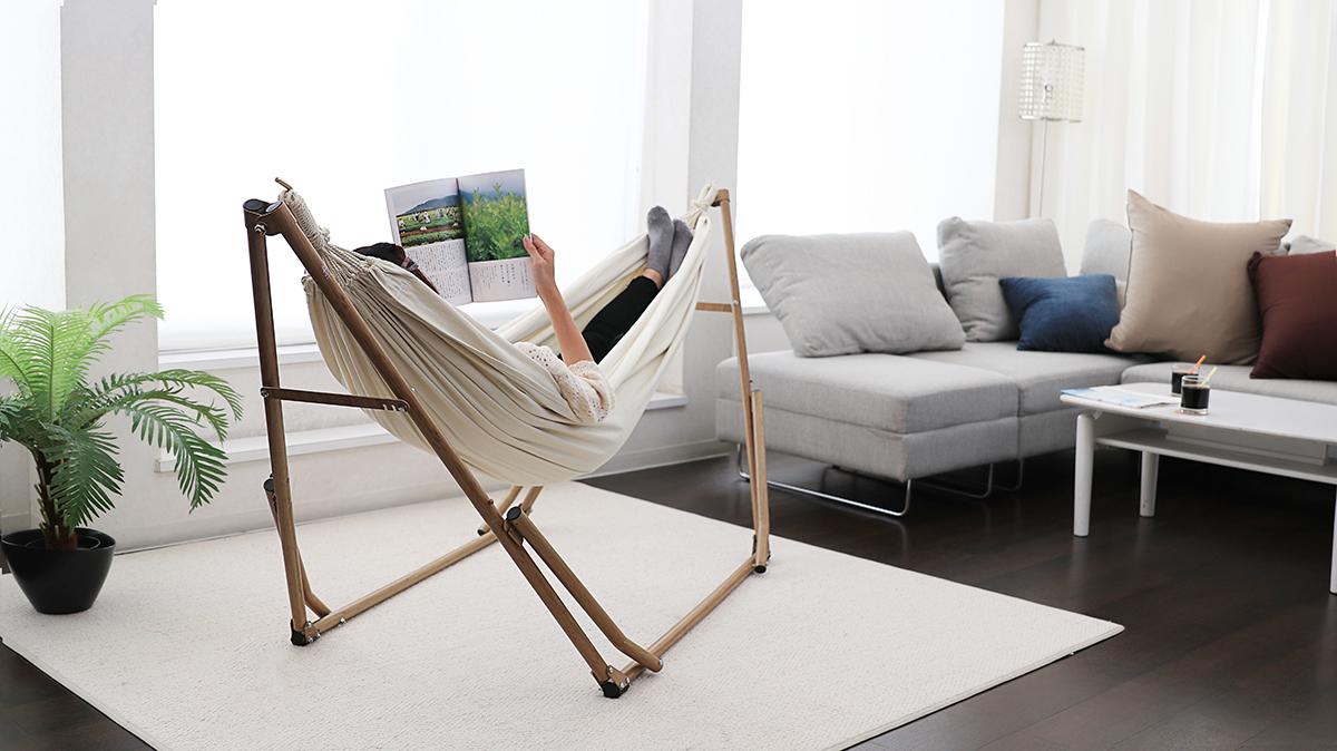 雑誌を読みながら、リラックスできるハンモック