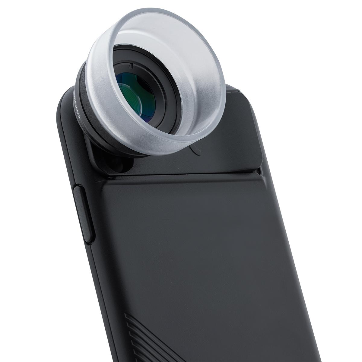 強い光を遮るレンズフードが付いているから性能をフルに発揮できる。6種類のレンズを装備したiPhoneケース(プロ・マクロレンズ) | ShiftCam 2.0