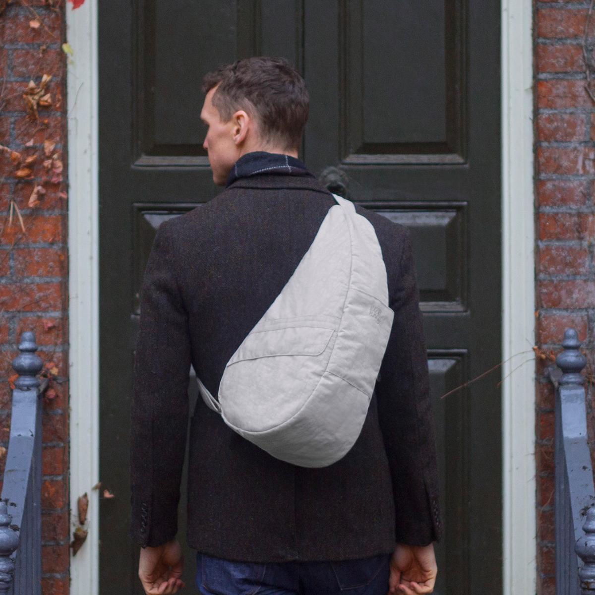 人間工学による「しずく型」で、体に負担をかけないボディバッグ|Healthy Back Bag