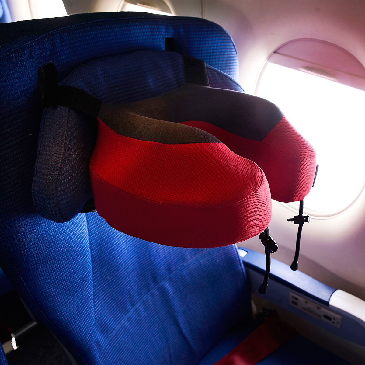 頭を座席シートと一体化できるストラップつき。さらに、どんな角度からも頭を受け止める凸凹設計のトラベル枕|cabeau