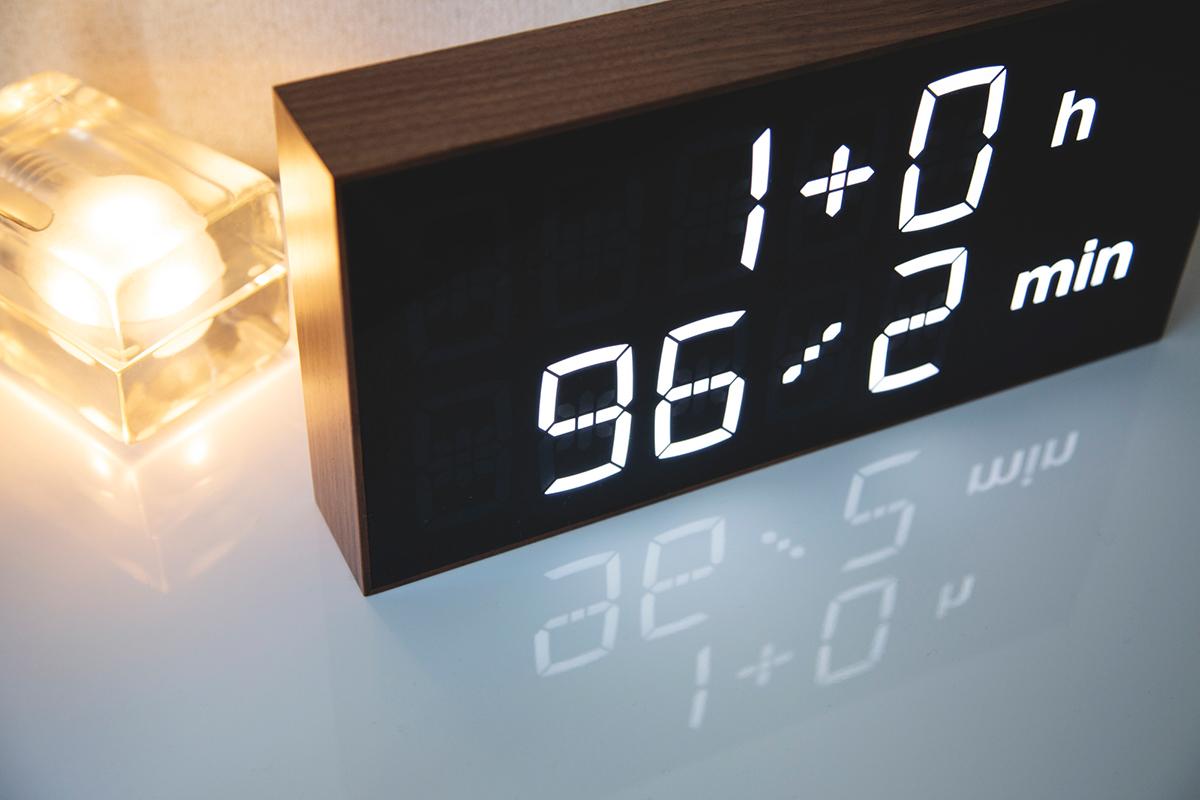 数式から見える景色は壮大。ゲーム感覚で数式を解いて、時刻を割り出すデジタル置き時計 |Albert Clock