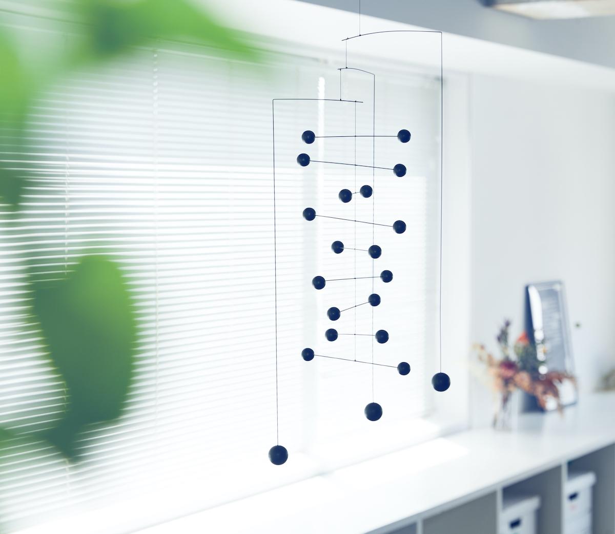 箱から出してそのまま簡単に設置できる。吊り下げるだけで、お部屋がモダン空間に変わる「大人のモビール」|FLENSTED MOBILES(フレンステッドモビール)