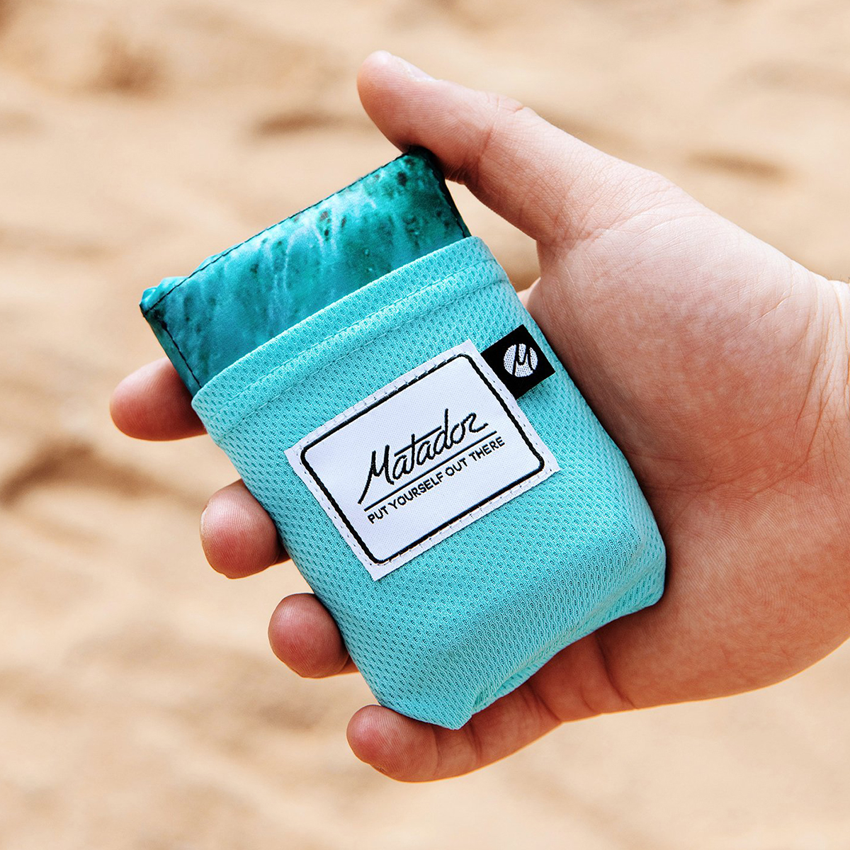 コンパクトに収納できるスグレモノ。広げるだけで、どこでもビーチ気分!手のひらサイズにたためる撥水仕様のレジャーシート「OCEAN」(夏限定) Matador POCKET BLANKET