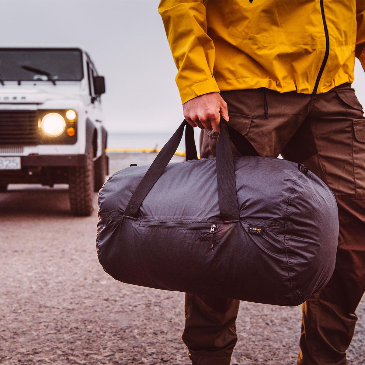 快適・利便性をかなえるデザイン。旅先や出張でスマートに荷物をまとめて、日常生活でも使える。手のひらサイズにたためる防水仕様のボストンバッグ|Matador transit30 2.0