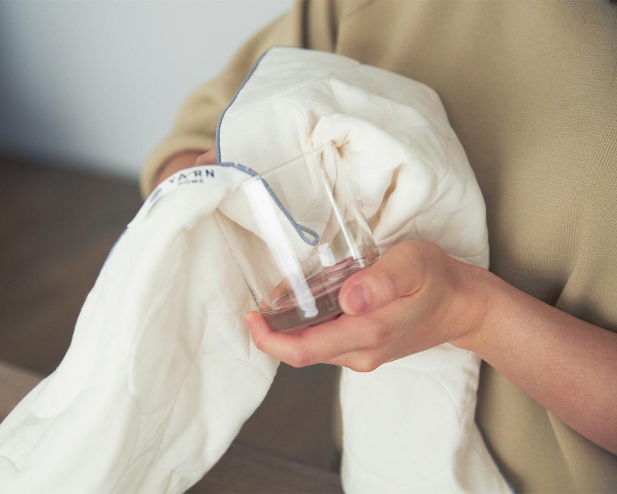 グラスや食器を拭きやすいよう、薄手に仕立てられたふきんは吸水性バツグン。毛羽がつきにくく、ふかふかのクッション性で、繊細なワイングラスの水分をやさしく拭き取り、指紋汚れもピカピカに。キッチンふきん|YARN HOME UKIHA(ヤーンホーム ウキハ)