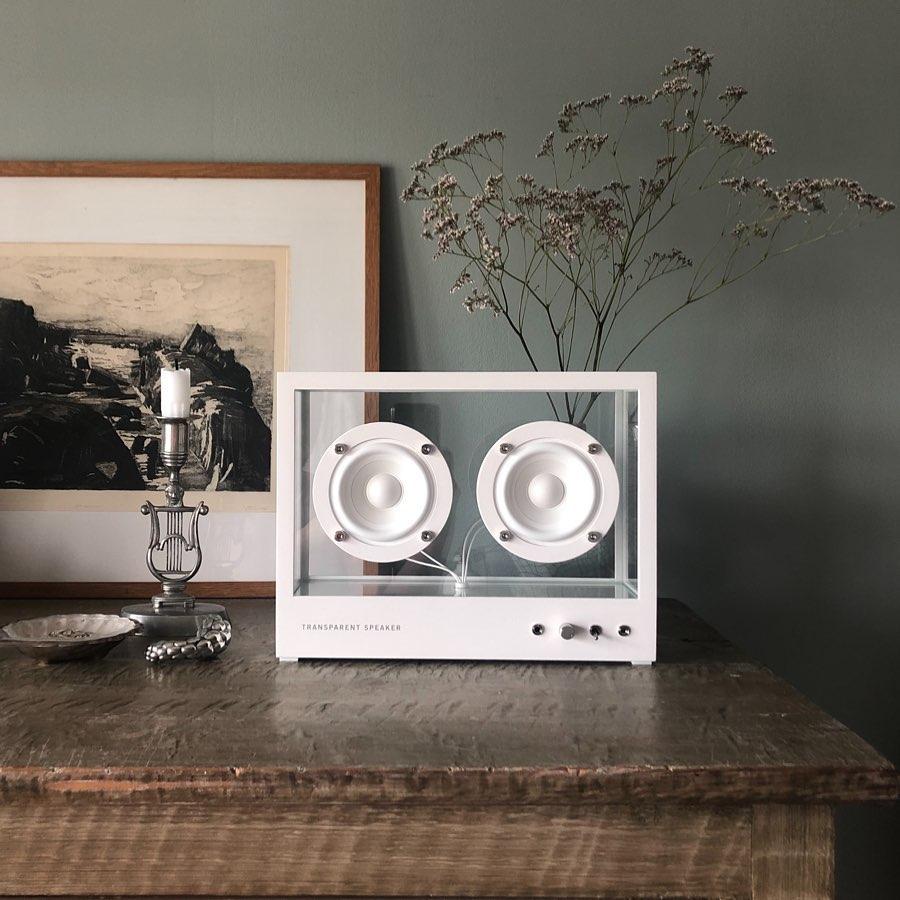 リビングのソファスペース、寝室のベッドサイド、ワークスペースの本棚に。あなたのお気に入りの空間が、グッと上質な雰囲気に。ガラスとスピーカーユニット2つだけ、美しい佇まいの「Bluetoothスピーカー」|TRANSPARENT SPEAKER(トランスペアレント スピーカー)