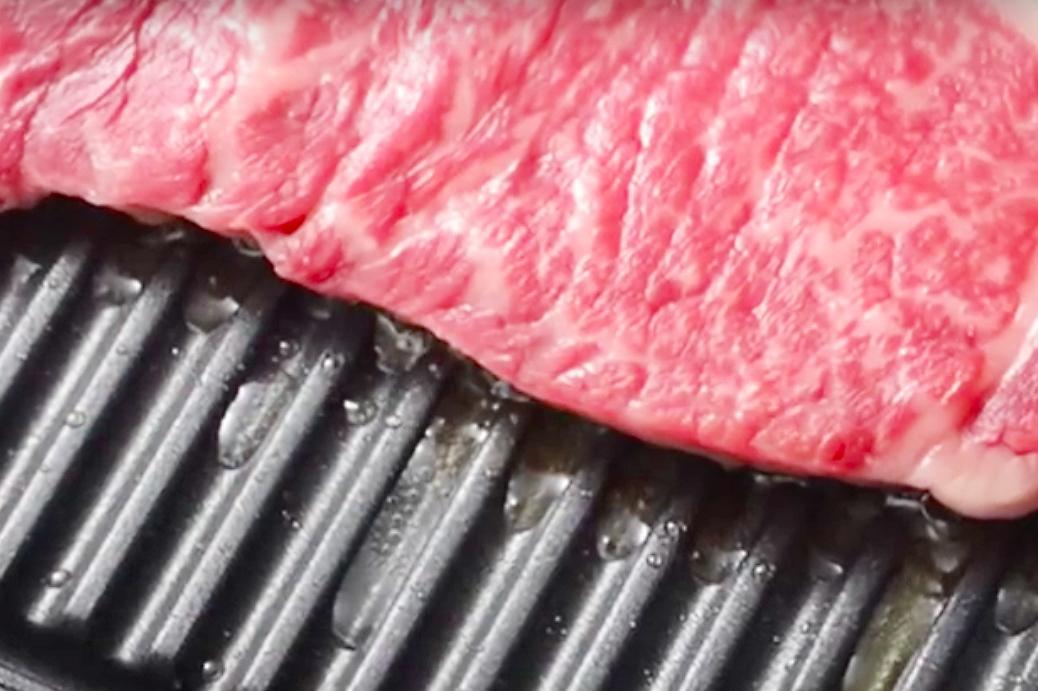 余分な油や雑味が落ちるフライパン感覚の蒸し焼きプレート|STEAM+GRILL