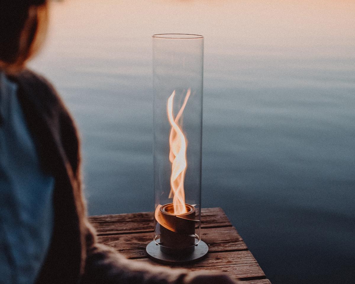 日々のタスクをこなす緊張感やプレッシャーを手放して、どんどん無重力に|風を取り込んで炎が5倍になる卓上焚き火、ニオイ・煙・燃えカスが出にくい専用バイオエタノール燃料つきランタン|Höfats(フォーファッツ)