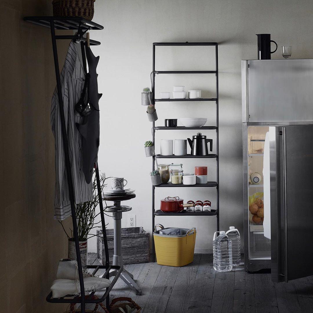 リビング・寝室・キッチン・玄関、どこにでもすんなり置ける。お気に入りのコレクションや愛用品をドンドン載せるだけで絵になる!シンプルでスリムな「立て掛け式スチールラック」|DUENDE WALL RACK(デュエンデ ウォール ラック)